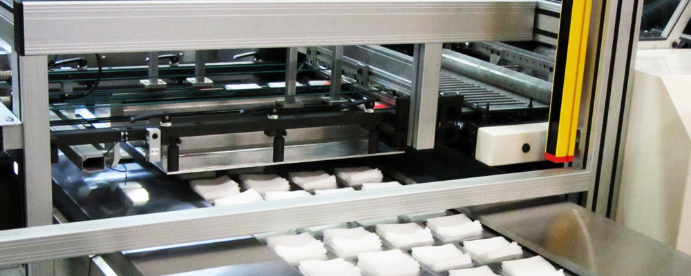 Empilage vertical de produits tissés ou non-tissé pliés.